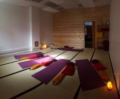 Salle Yin du Dojo, préparée pour un cours de yin yoga